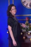 Muchacha adolescente en un vestido negro Foto de archivo libre de regalías