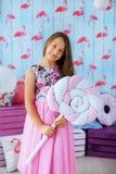 Muchacha adolescente en un vestido rosado en el cuarto El concepto de niñez Fotografía de archivo