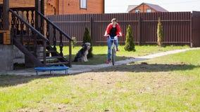 Muchacha adolescente en una bicicleta Imagen de archivo