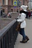 Muchacha adolescente en una capa y un sombrero blancos Imagenes de archivo