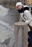 Muchacha adolescente en una capa y un sombrero blancos Foto de archivo libre de regalías