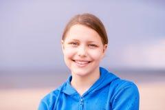 Muchacha adolescente en una playa Fotografía de archivo