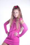Muchacha adolescente en una presentación rosada de la alineada Imagen de archivo libre de regalías