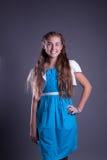 Muchacha adolescente en una presentación rosada de la alineada Imagenes de archivo