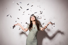 muchacha adolescente en vestido de lujo con las lentejuelas y confeti en el partido Imágenes de archivo libres de regalías