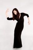 Muchacha adolescente en vestido negro largo Imagenes de archivo
