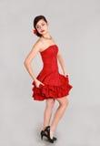 Muchacha adolescente en vestido rojo corto Imagenes de archivo