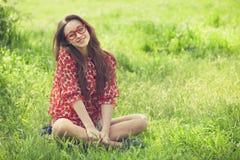 Muchacha adolescente en vidrios en parque. Foto de archivo libre de regalías