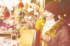 Muchacha adolescente encantadora con las guirnaldas de la Navidad Fotografía de archivo libre de regalías