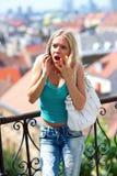 Muchacha adolescente enojada con el teléfono móvil Foto de archivo libre de regalías