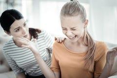 Muchacha adolescente enojada que grita durante terapia Foto de archivo
