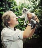 Muchacha adolescente feliz con el gatito Fotos de archivo