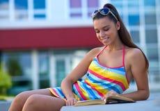 Muchacha adolescente feliz con el libro Fotografía de archivo