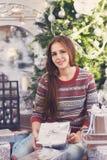 Muchacha adolescente feliz con el regalo de Navidad Fotografía de archivo