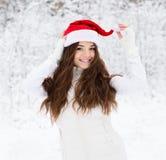 Muchacha adolescente feliz con el sombrero rojo de santa Fotos de archivo libres de regalías