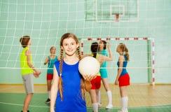Muchacha adolescente feliz con la bola durante el entrenamiento Imagen de archivo
