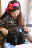 Muchacha adolescente feliz con la guitarra del ukelele en jugar comprobado de la camisa y de los vaqueros Fotos de archivo libres de regalías