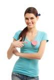 Muchacha adolescente feliz con la tarjeta del día de San Valentín del símbolo del amor del corazón Foto de archivo libre de regalías