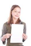 Muchacha adolescente feliz con la tarjeta en blanco Imagen de archivo libre de regalías