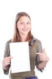 Muchacha adolescente feliz con la tarjeta en blanco Foto de archivo libre de regalías