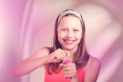 Muchacha adolescente feliz con las burbujas de jabón Fotos de archivo libres de regalías