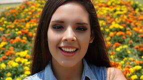 Muchacha adolescente feliz con las flores Imágenes de archivo libres de regalías