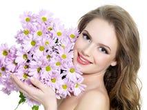 Muchacha adolescente feliz con las flores del ramo Imagen de archivo libre de regalías