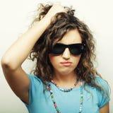 Muchacha adolescente feliz con las gafas de sol Foto de archivo libre de regalías