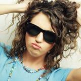 Muchacha adolescente feliz con las gafas de sol Imagen de archivo libre de regalías