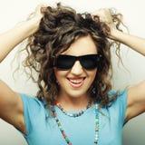 Muchacha adolescente feliz con las gafas de sol Fotos de archivo