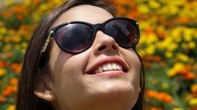 Muchacha adolescente feliz con las gafas de sol Imagen de archivo