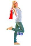 Muchacha adolescente feliz con los bolsos de compras Fotos de archivo libres de regalías