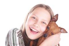 Muchacha adolescente feliz con su perro Foto de archivo libre de regalías