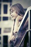 Muchacha adolescente feliz contra una construcción de escuelas Imágenes de archivo libres de regalías
