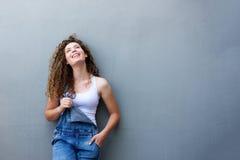Muchacha adolescente feliz de moda que se coloca con la mano en bolsillo Imagen de archivo libre de regalías