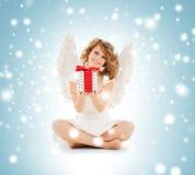 Muchacha adolescente feliz del ángel con el regalo de la Navidad Imagenes de archivo