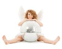 Muchacha adolescente feliz del ángel con la bola de discoteca Imágenes de archivo libres de regalías