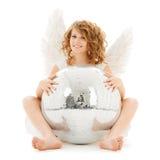 Muchacha adolescente feliz del ángel con la bola de discoteca Fotos de archivo