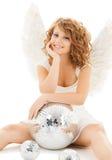 Muchacha adolescente feliz del ángel con la bola de discoteca Foto de archivo libre de regalías