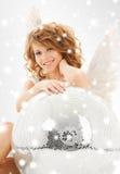 Muchacha adolescente feliz del ángel con la bola de discoteca Fotografía de archivo