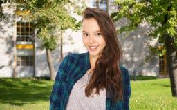 Muchacha adolescente feliz del estudiante sobre campus Fotos de archivo libres de regalías