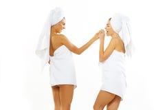 Muchacha adolescente feliz dos después de la ducha Imagenes de archivo
