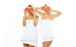 Muchacha adolescente feliz dos después de la ducha Foto de archivo libre de regalías