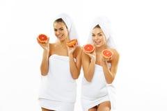 Muchacha adolescente feliz dos después de la ducha Imagen de archivo