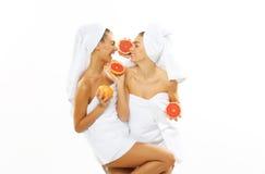 Muchacha adolescente feliz dos después de la ducha Fotos de archivo libres de regalías