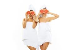 Muchacha adolescente feliz dos después de la ducha Fotografía de archivo
