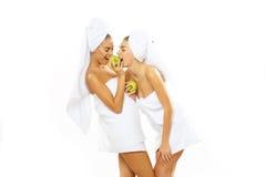 Muchacha adolescente feliz dos después de la ducha Fotos de archivo