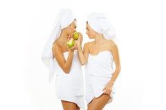Muchacha adolescente feliz dos después de la ducha Imagen de archivo libre de regalías