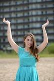 Muchacha adolescente feliz el vacaciones en un centro turístico Imagen de archivo libre de regalías