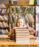Muchacha adolescente feliz en biblioteca Fotografía de archivo